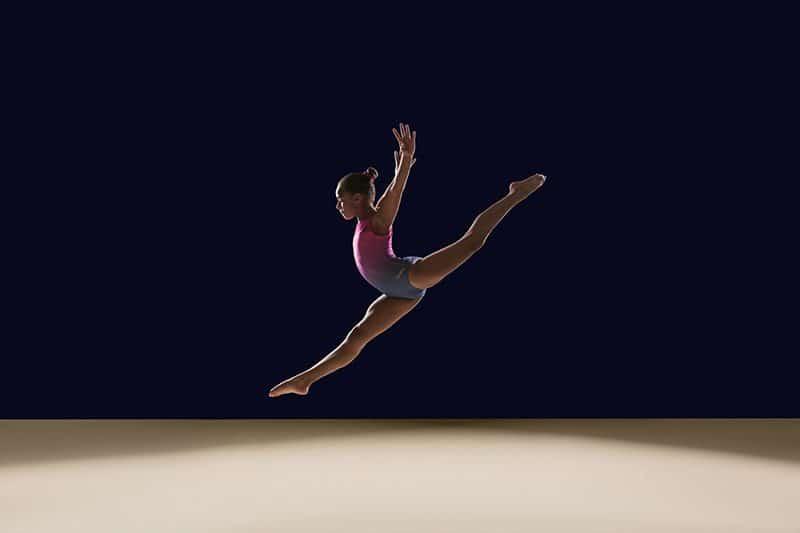 saut écart d'une gymnaste
