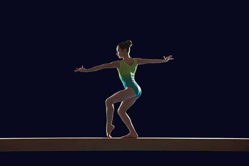 gymnaste en pose sur la poutre