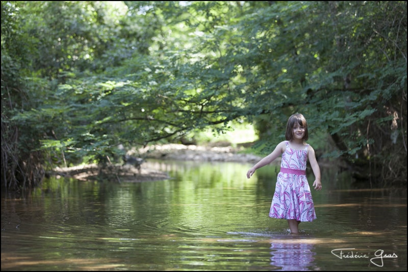 enfant dans une rivière