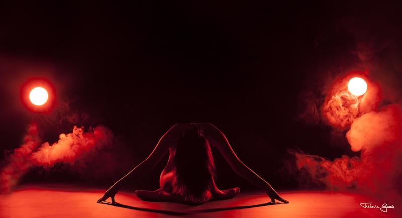 femme nu avec ambiance rouge
