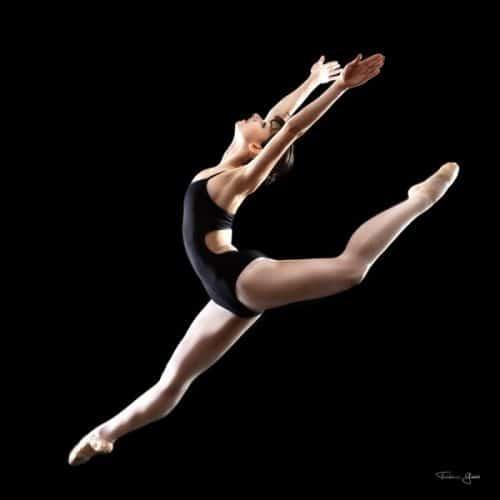 danseuse saut écart en studio