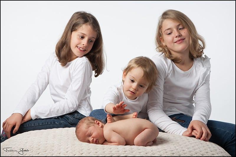 bébé avec ses soeurs