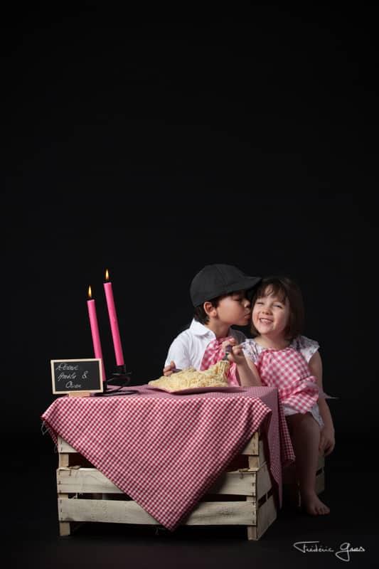 photo enfants qui se font un bisous