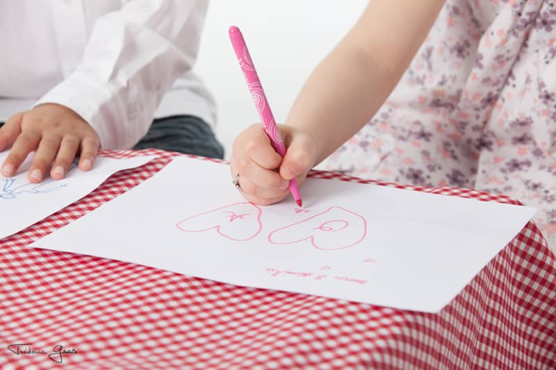 photo enfant qui dessine