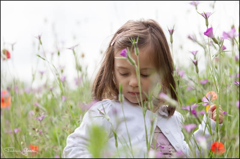 petite fille qui cueille des fleurs