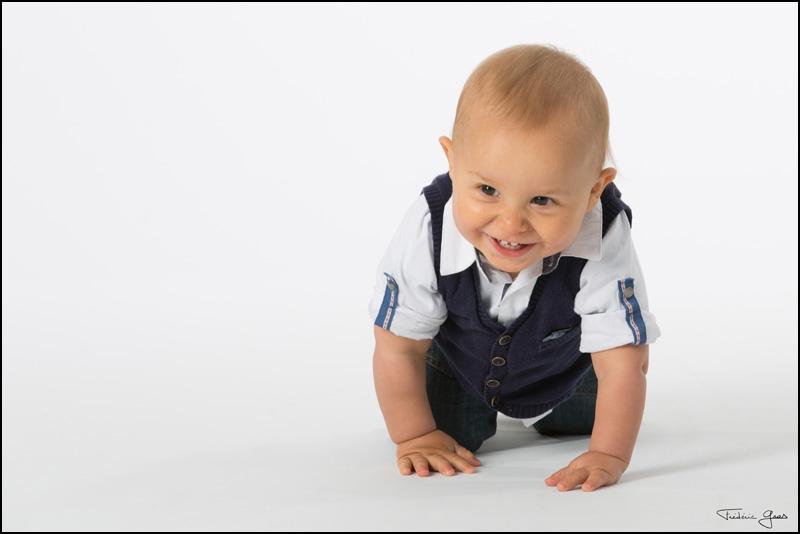 photo enfant à quatre pattes