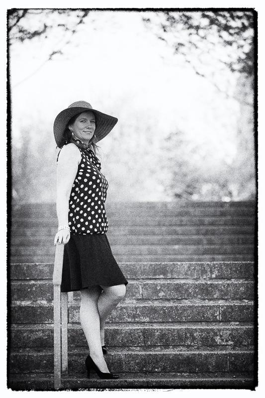 portrait femme accoudée à la rampe d'un escalier