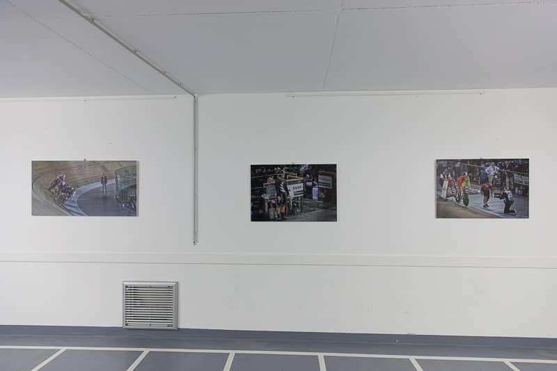 photos exposées dans les couloirs du velodrome national