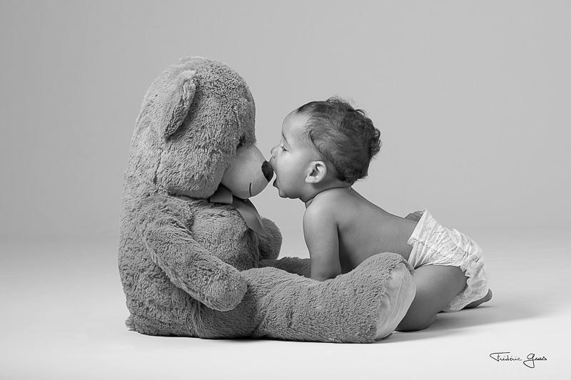 enfant qui fait un bisous à son ours en peluche
