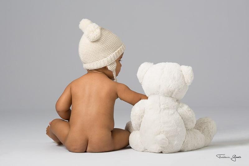 photo d'enfant avec une peluche