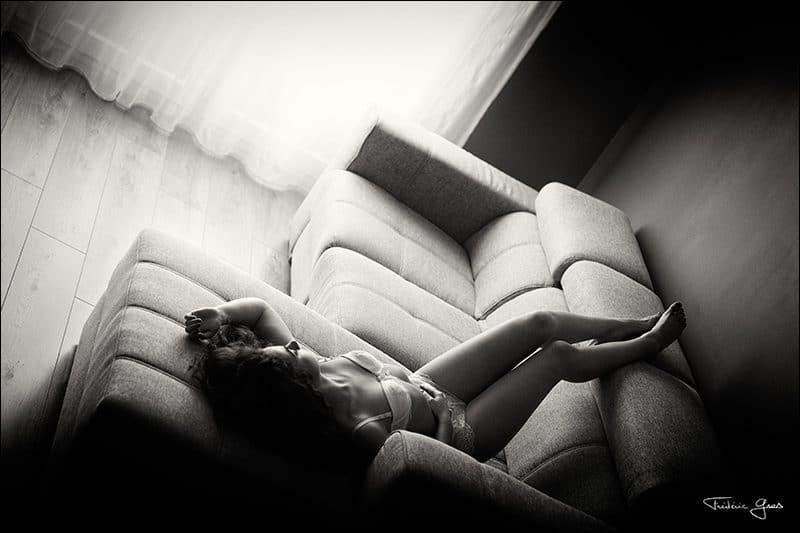 jeune femme en lingerie sur canapé