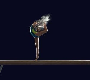 gymnaste sur la poutre avec magnesie