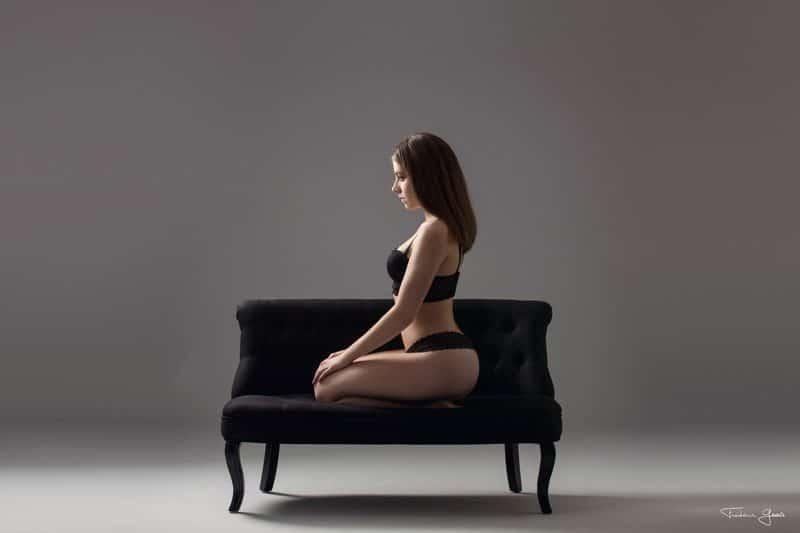 femme en lingerie sur un canapé boudoir