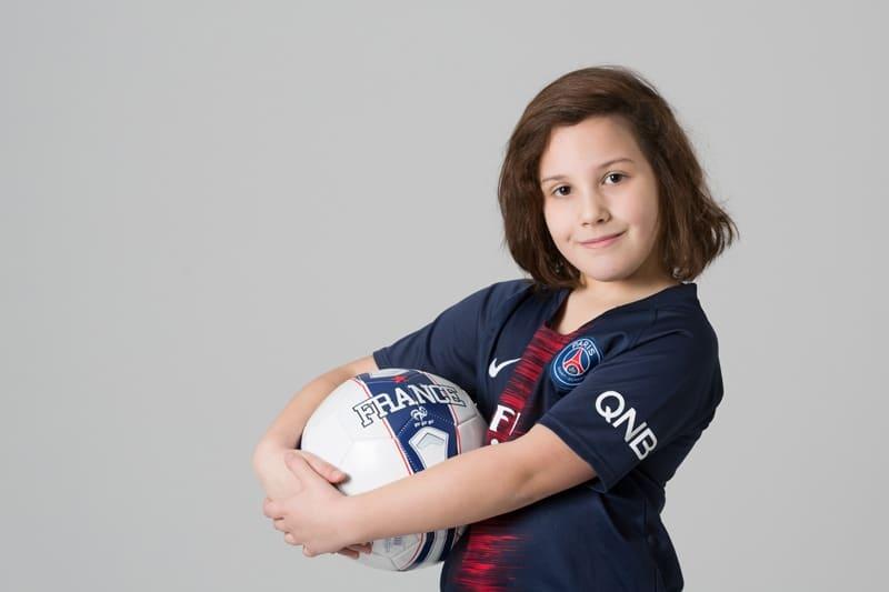 enfant avec ballon de foot