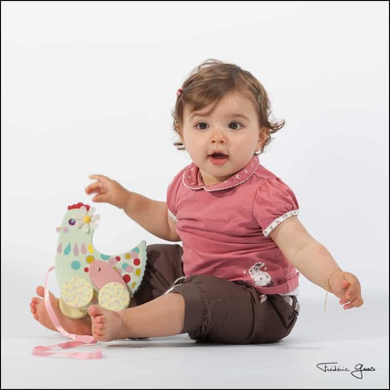 bébé avec poule à roulette